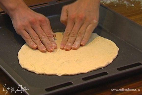 Тесто разделить на 2 части, из каждой сформировать лепешку и слегка растянуть их руками.