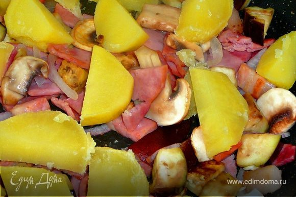 На сковороду на которой жариться бекон,добавить фасоль в стручках,положить картофель и залить все это яичной смесью.Лопаткой чуть перемешать.