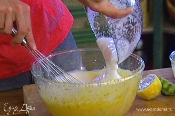 Соединить желтково-сахарную массу со сливками. Взбить белки со щепоткой соли, ввести в получившуюся массу и осторожно вымешать.