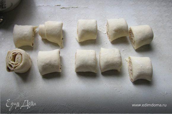Пластинку теста раскатать, смазать растительным маслом без запаха (можно растопленным сливочным), слегка посыпать сахаром и корицей. Свернуть тесто в рулет и разрезать. У меня получилось 10 штук по 2-2,5 см.