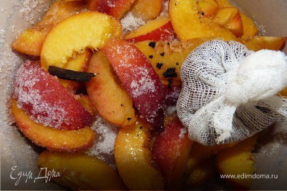 Уложить в кастрюлю, пересыпать сахаром, подождать пока появится сок. Размолоть любимый сорт кофе в зёрнах и выложить в мешочек, подходящий для приготовления пищи (например, муслиновый или марлевый). Добавить мешочек с кофе во фруктовую смесь. Разрезать полстручка ванили, извлечь из него семена и тоже добавить к нектаринам. Довести до кипения, постоянно помешивая, варить на медленном огне 5 минут. Затем снять с огня и удалить мешочек с кофе. Охладить. Остывшее варенье снова довести до кипения, после чего варить 10 минут до загустения сиропа. Стручок ванили можно удалить, а можно оставить в баночке.