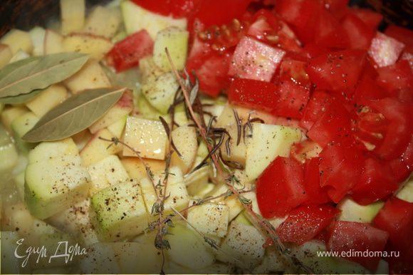 Кабачки и картофель освобождаем от кожицы. При желании, помидоры тоже можно залить кипятком и снять с них кожицу, но я так не делаю))) Далее, кабачки, картофель, томаты нарезать кубиками. Все ингредиенты рецепта выложить на сковороду с оливковым маслом. Перемешать, залить водой (можно сначала один стакан, а потом в процессе готовки по необходимости добавлять еще воду), закрыть крышкой и тушить до готовности,периодически помешивая. Сок не должен выпариваться полностью, небольшое его количество должно оставаться на донышке сковороды. Выкладываем на тарелки, при желании можно украсить капельками оливкового масла и полить соком от рагу. Приятного аппетита!!!