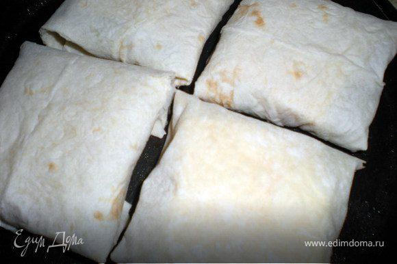 На лист лаваша выложить начинку слоями и свернуть конвертиком.Обжарить с двух сторон на раскаленной сковороде с растительным маслом.