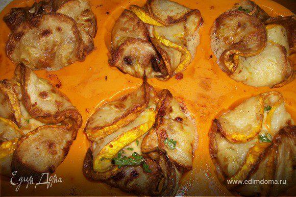 Взять кокотницы и листочками выложить по кругу жаренные кабачки так, чтобы они на половину свисали наружу. В середину положить начинку и закрыть листочки.