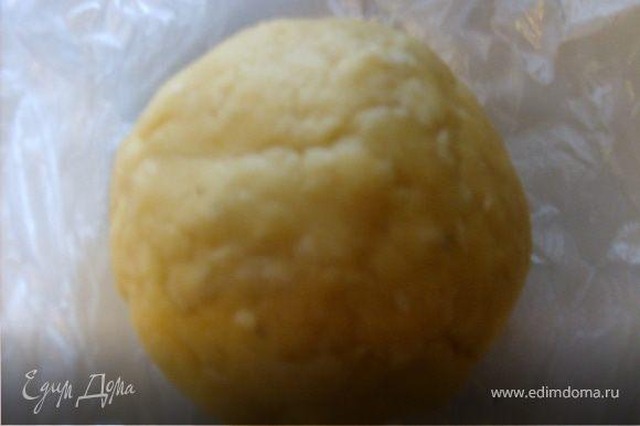 Приготовим тесто: Муку просеять, добавить размягченное масло или маргарин, воду, соль и замесить не тугое тесто, отправить в холодильник на 30 минут.