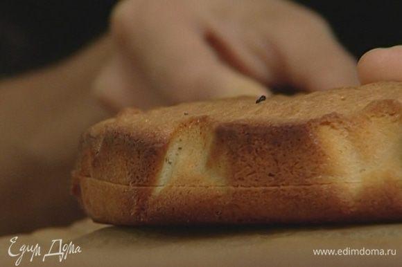Разрезать бисквит вдоль на два коржа.