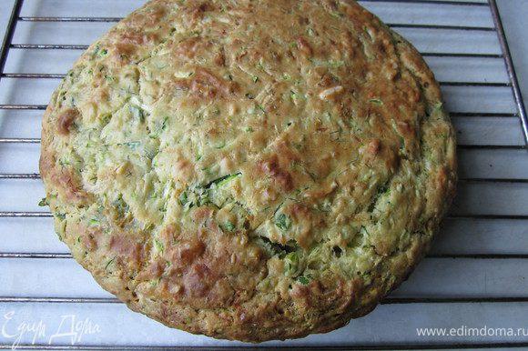 Выложить тесто в форму, поставить в духовку на 40-50 минут (зависит от духовки, в рецепте стояло 40-45 мин. у меня получилось 50 мин.) Проверить зубочисткой. Готовый пирог выложить на решетку и дать остыть.