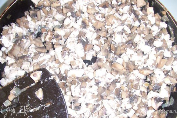 Готовим начинку: Лук очистить и нарезать кубиками. На сковороде обжарить лук с добавлением масла до золотистого цвета, добавить грибы и жарить пока не выпарится жидкость. Добавить мелко нарезанные кусочки отварной грудинки.