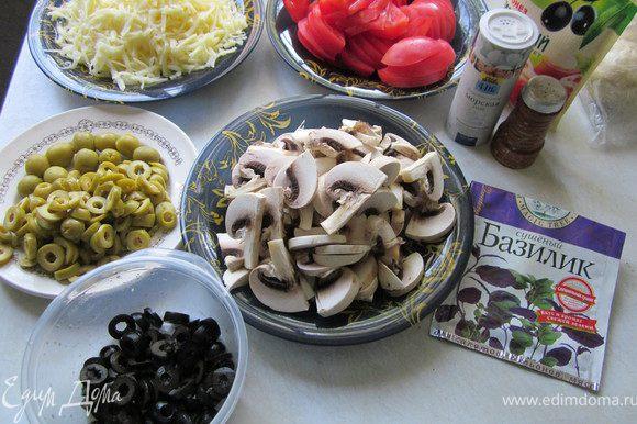 Приготовим начинку. У меня это томаты, грибы, оливки, маслины,сыр маскарпоне, майонез, сушеный и свежий базилик, молотый черный перец. Еще в одну пиццу я добавила целый маленький кабачок (нарезала кружочками и сладкий перец) Но я думаю, что начинка может быть любая, на ваш вкус:))