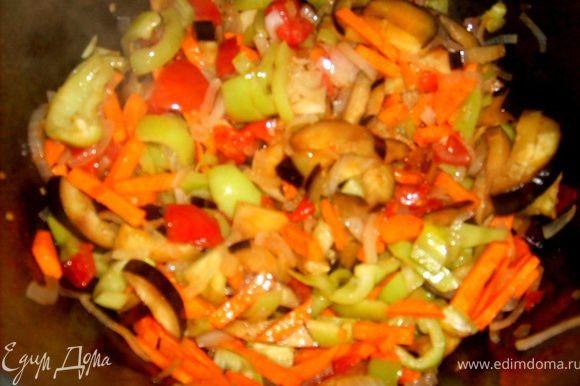 туда же добавляем морковь и перец, нарезанные соломкой