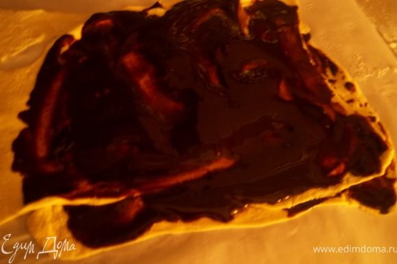 Приготовьте шоколадное масло(растопите шоколад с маслом).Выложите один лист теста на стол, смажьте его маслом.Сверху положите второй лист,снова смажьте.