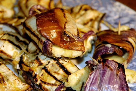 Уложить баклажаны на противень и запекать в разогретой духовке 3–4 минуты.