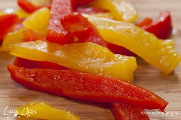 Сладкий перец обжарить на сковороде-гриль или в духовке до готовности, положить на 5 минут в полиэтиленовый пакет. Затем снять кожицу, удалить семена, мякоть нарезать длинными полосками.