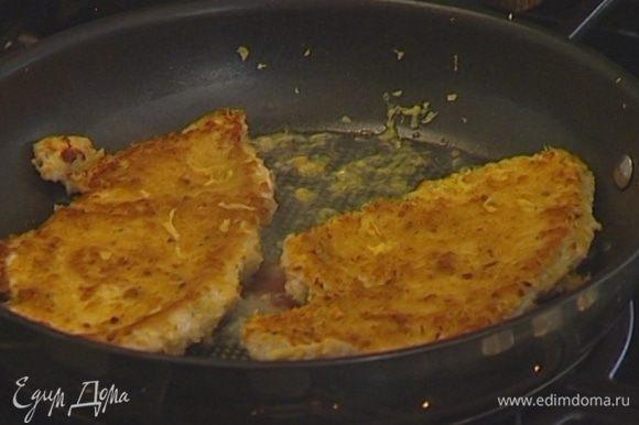 Разогреть в сковороде оливковое масло и жарить мясо несколько минут на одной стороне. Перевернуть отбивные на другую сторону, влить вино, добавить цедру и сок лимона, посыпать петрушкой и жарить еще пару минут.