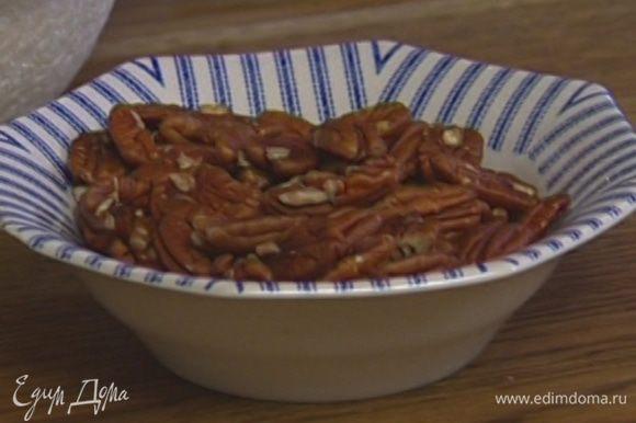 Половину всех орехов измельчить в ступке или в блендере в крошку.