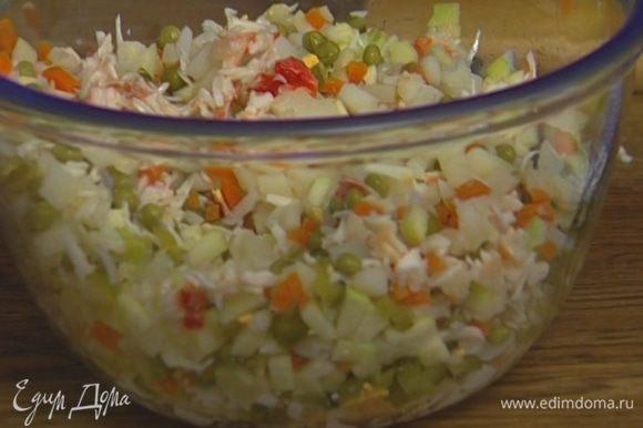 Все ингредиенты для салата мелко нарезать, добавить зеленый горошек, соль и перец. Перемешать.