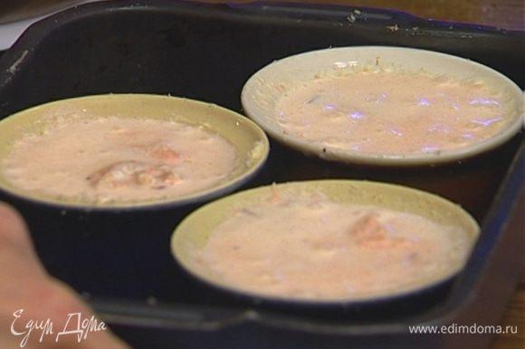 Смазать небольшие формочки для выпечки сливочным маслом, присыпать сухарями.