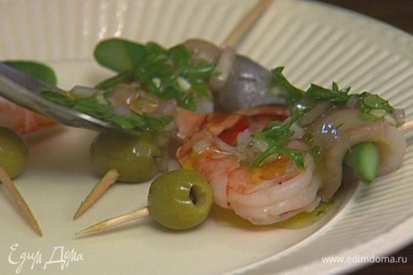Завернуть каждый кусочек спаржи в сельдь, проткнуть коктейльной палочкой, надеть на палочку креветку и оливку. Полить получившиеся «шашлычки» заправкой и поперчить.