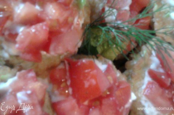 Верхний оладушек смазываем майонезом и кладем на него порезанный кубиками помидор. Поставить в холодильник хорошо охладить и можно наслаждаться.