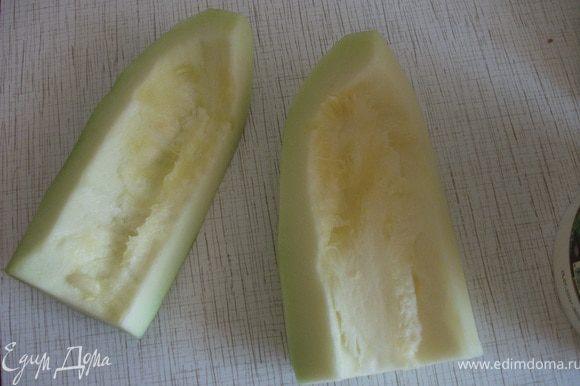 Кабачки разрезать напополам, очистить от кожуры и семечек.