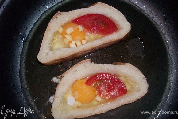 разогреть сковороду, положить хлеб, разбить в средину яйцо, посыпать сыром, положить помидор, поджарить с обеих сторон.