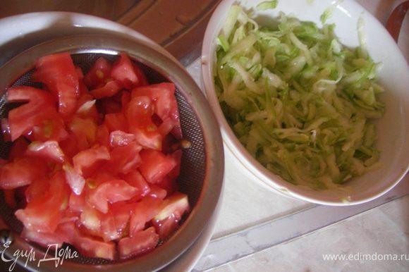 Кабачок трем на терке, солим, отжимаем, помидор очищаем от кожуры, мелко режем и даем стечь