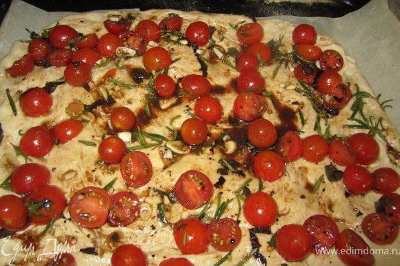 Выложить помидорчики вместе с травками и соусом. Все хорошо распределить по тесту.