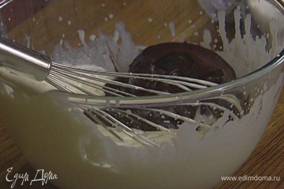 Сливки взбить венчиком до состояния жидкой сметаны и перемешать со слегка остывшим шоколадом.