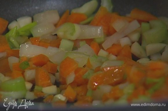 Разогреть в сковороде растительное масло и обжарить нарезанные овощи до прозрачности.