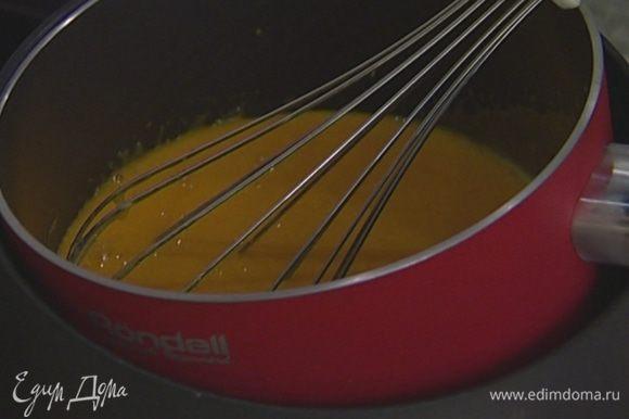 Приготовить крем: желтки взбить с 200 г сахара, добавить 50 г муки, поставить на водяную баню и прогревать на небольшом огне, постоянно помешивая, пока крем не заварится.