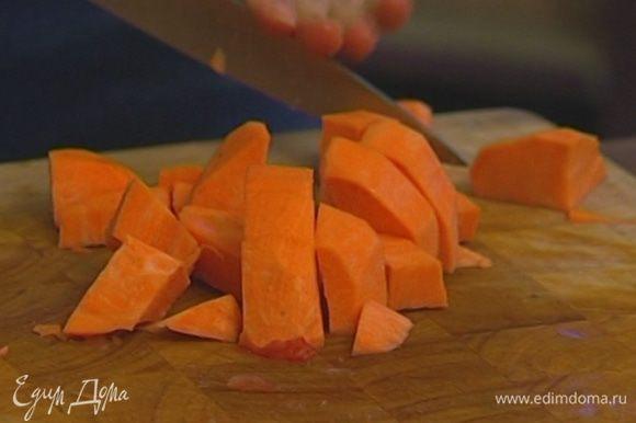Морковь, картофель и тыкву почистить и нарезать кубиками.