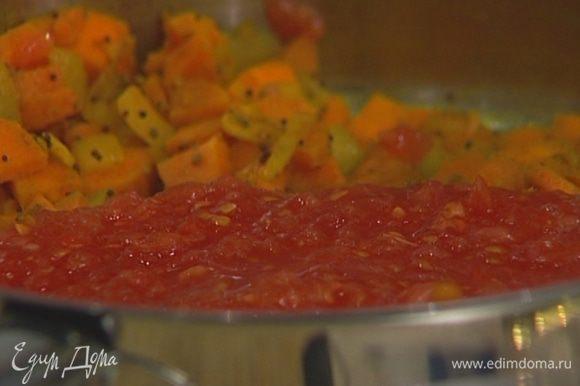 Добавить в сковороду сначала морковь, затем помидоры и тушить несколько минут.