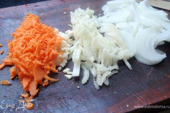 Нашинкуем лук, сельдерей, чеснок и морковь.