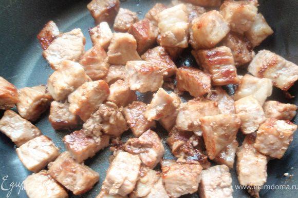 Обжарим мясо до золотистой корочки. И отложим его в кастрюльку.