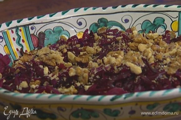 Добавить в салат орехи и изюм, присыпать оставшимися прованскими травами, сбрызнуть уксусом и оливковым маслом.