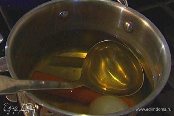Подготовленные овощи отправить в бульон, добавить лавровый лист, перец горошком, соль и варить около часа, затем процедить.