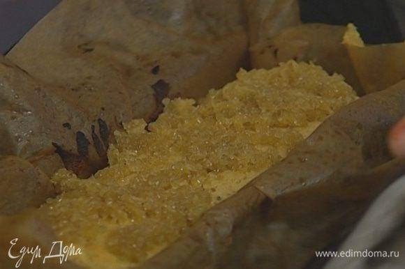 Оставшийся сахар перемешать с имбирем, присыпать банановый хлеб и выпекать еще 15–20 минут до готовности.