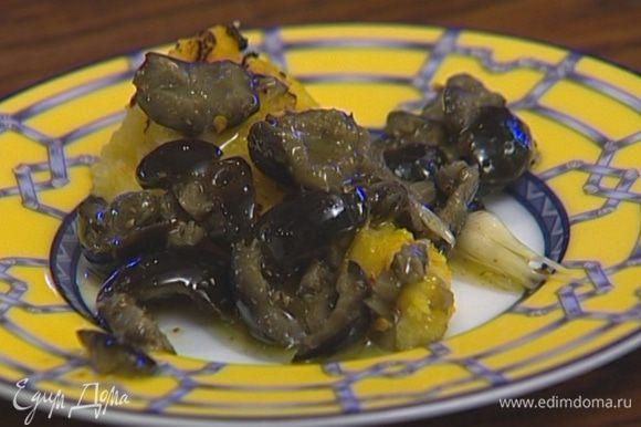 Застывшую поленту разрезать на кусочки, поджарить на гриле и выложить на тарелки. Сверху положить оливки и полить все маринадом.