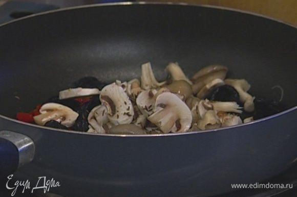 В другой сковороде разогреть 2–3 ст. ложки оливкового масла, обжарить чеснок, чили, добавить чернослив, грибы, тмин, посолить и поперчить. Потомить несколько минут, влить виски, перемешать и снять с огня.