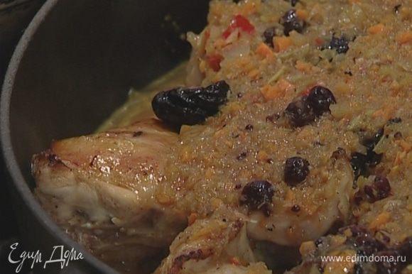 Обжаренные кусочки кролика выложить в глубокую тяжелую сковороду, добавить половину чернослива, залить соусом и тушить под крышкой на небольшом огне 30–40 минут.