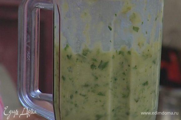 Взбивать овощи в блендере до получения однородной массы. Если получится слишком густо, не бойтесь добавить немного горячей воды.