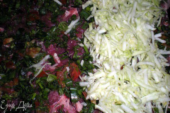 На мясо выложить слой помидор с зеленью,затем слой кабачков.Посолить,поперчить.