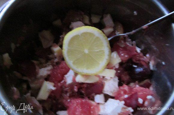 Полить салат соком лимона, хорошо перемешать.