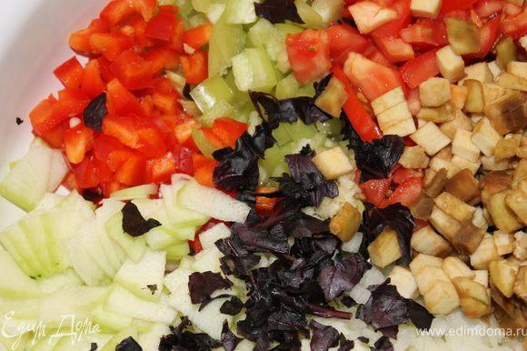 Нарезаем овощи: лук - кубиками болгарский перец - кубиками кабачок - маленькими тонкими ломтиками, можно треугольничками (всё зависит от размера кабачков, главное тонко) Помидор - порубить крупно чеснок - мелко, мелко базилик порвала руками баклажан - небольшими кубиками