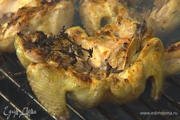 Разрезать цыплят пополам и выложить сверху на салат.