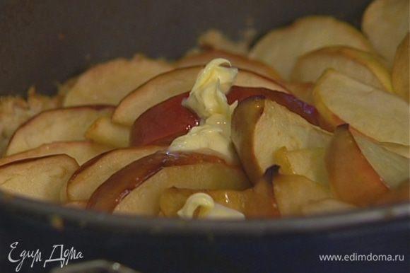 Выпекать в разогретой духовке 35–40 минут, затем полить оставшимся в сковороде яблочным соком, выложить сверху кусочки оставшегося сливочного масла и присыпать 2 ст. ложками сахара.