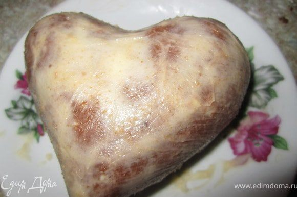Разровнять масляный крем на сердце.