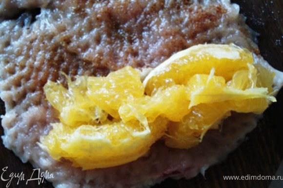 1/2 части апельсина разделить на дольки, очистив их от пленок. Положить на грудку.