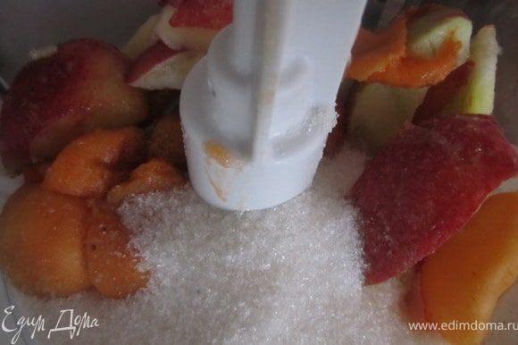 Персики, абрикосы вымыть удалить косточку, порезать на кусочки. Переложить в блендер добавить сахар, измельчить.