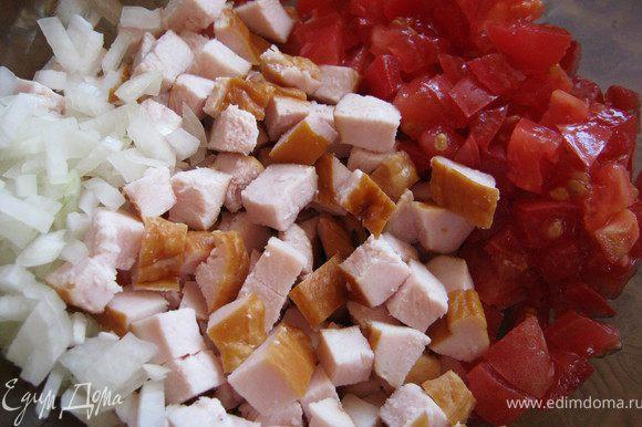 Порезать небольшими кусочками куриное филе,лук,помидоры.